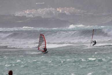ウィンドサーファーと波、グランカナリア