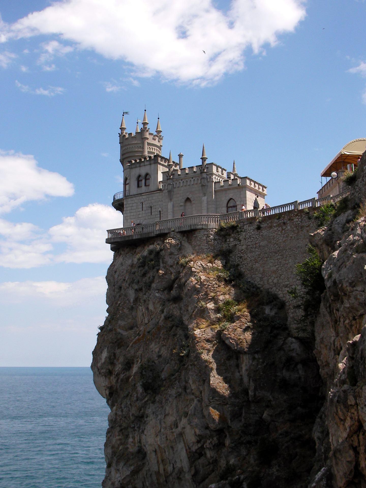 Lâu đài trên tảng đá trên biển