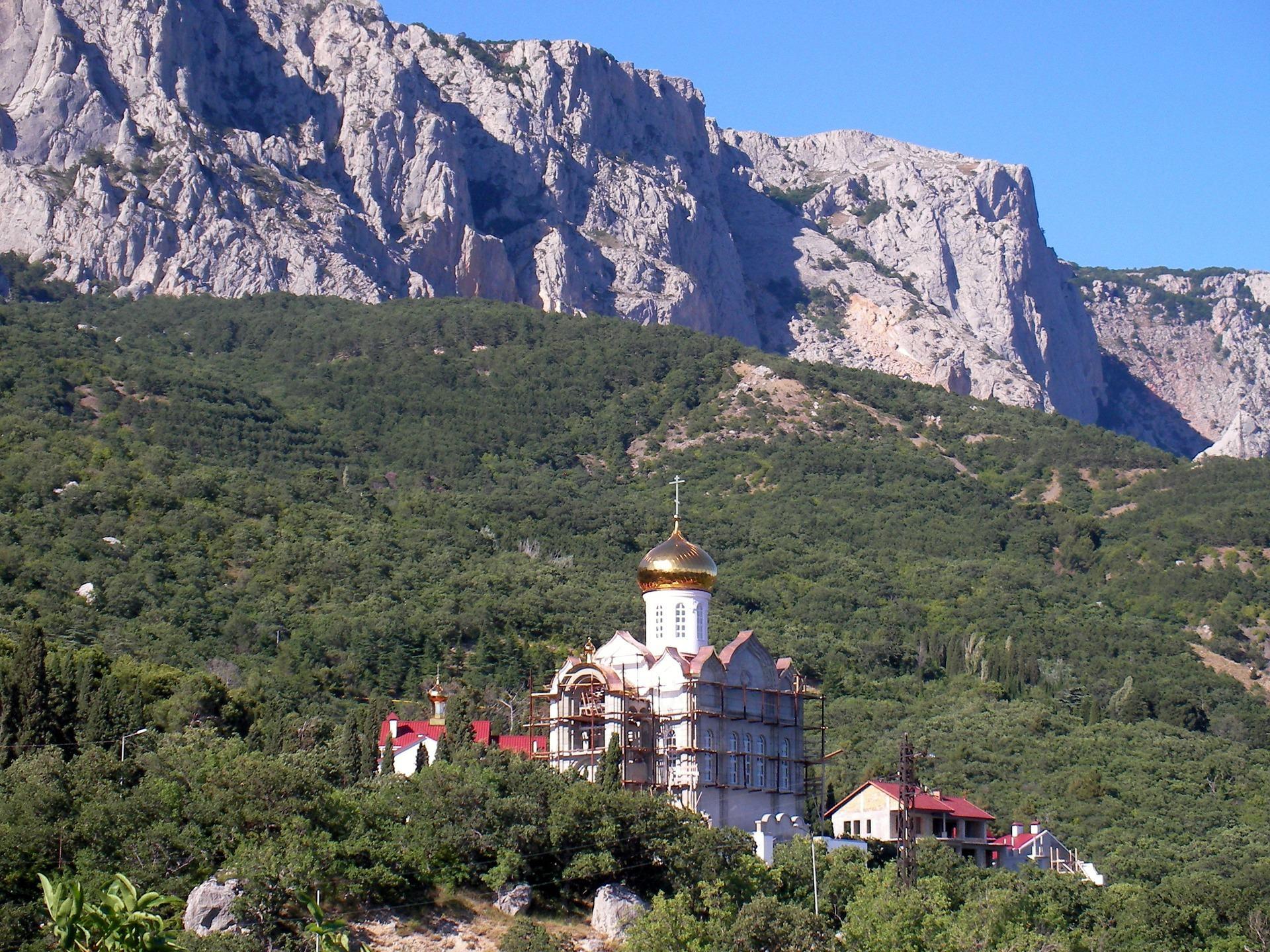 Baznīca Kazaņas ikonas Dievmātes kalnos fonā Kastropol Baidaro-Kastropol sienas Krimā