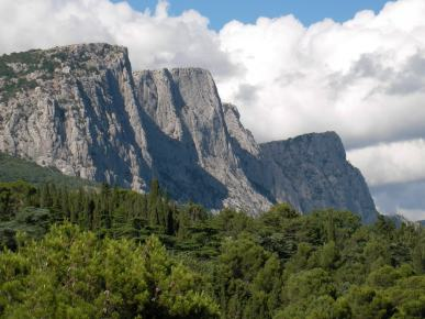 Montañas rochosas de parede Baidaro-Kastropol preto Foros en Crimea