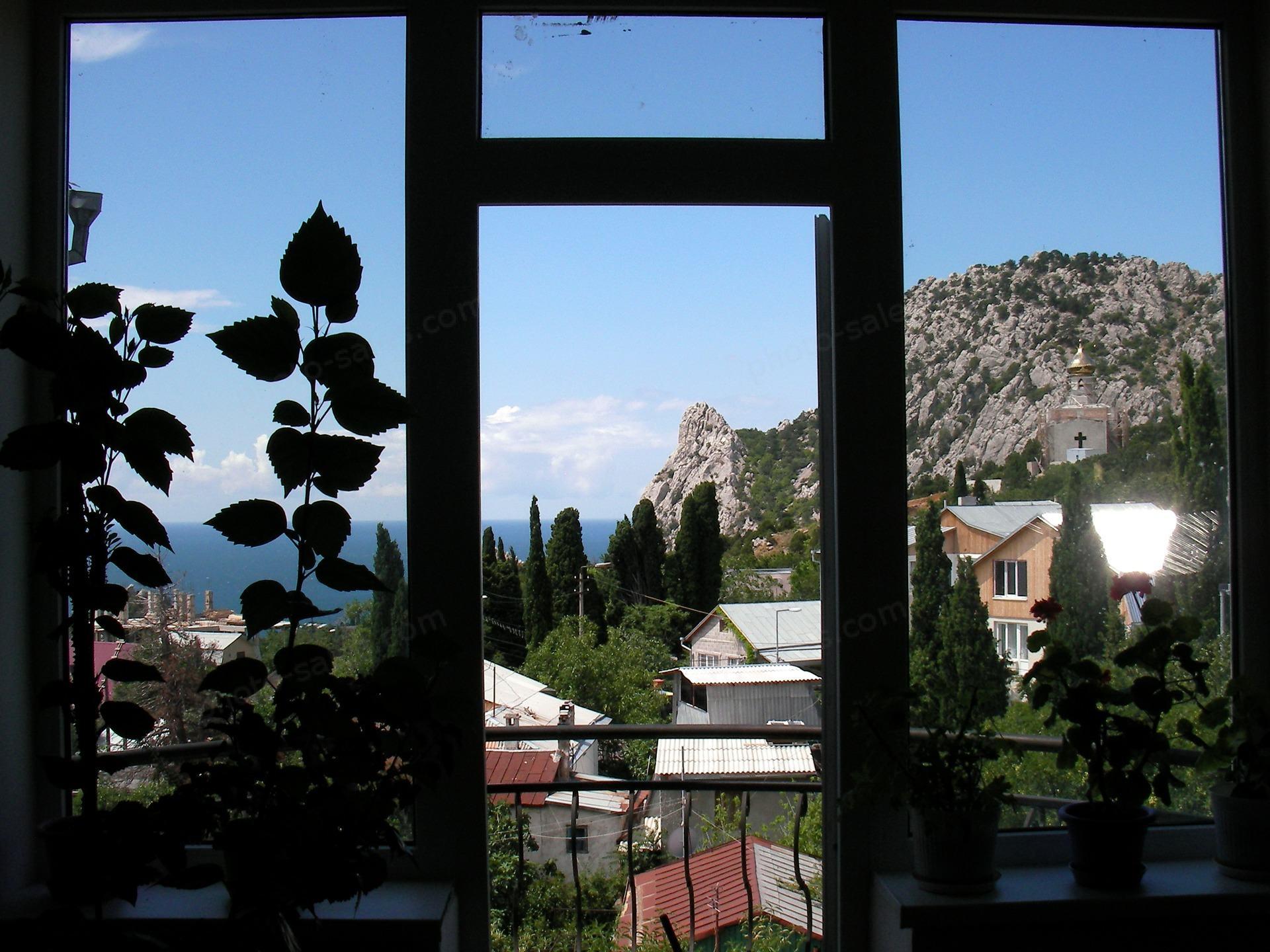 Ikkuna näkymä merelle ja vuorille